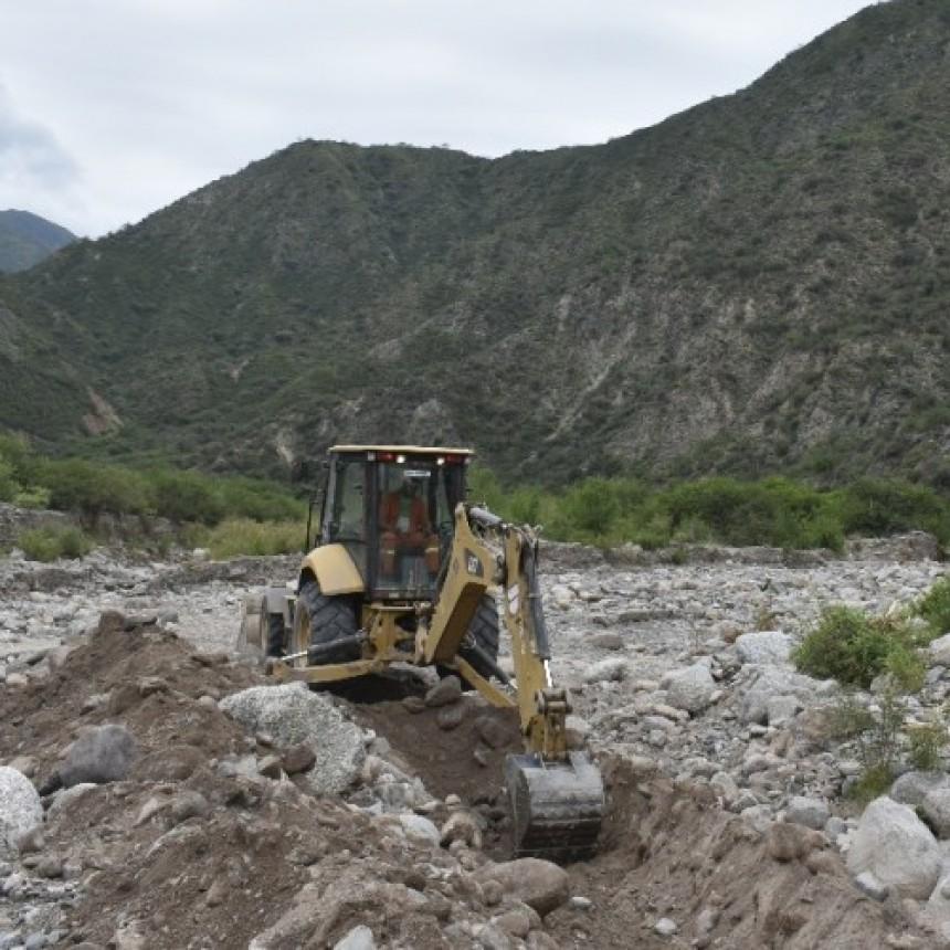La Municipalidad de Andalgalá colaboró con los vecinos de Amanao para rearmar la toma de agua de riego