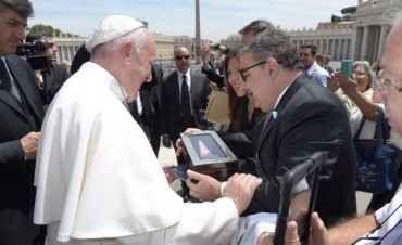 El Papa recibió una imagen de la Virgen de rodocrosita hecha por manos andalgalenses