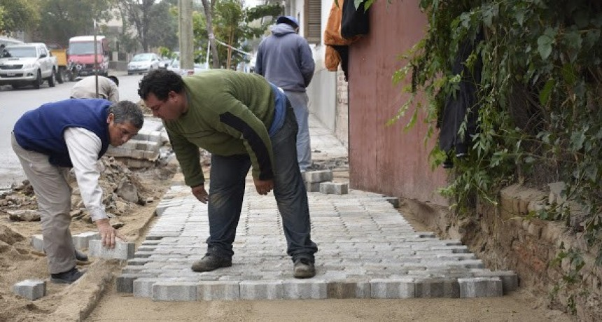 La Municipalidad de Andalgalá continúa en la colocación de adoquines y reparación de baldosas sobre Plaza 9 de Julio