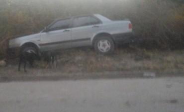 Perdió el control de su vehículo y terminó en el interior de una finca