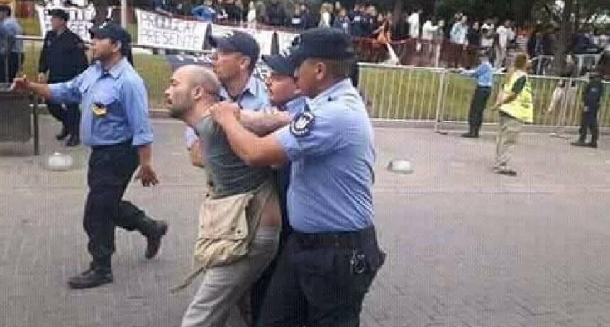 """""""Fuimos empujados, golpeados y detenidos con total impunidad por la seguridad de la gobernadora"""", dijo Belén Verón"""